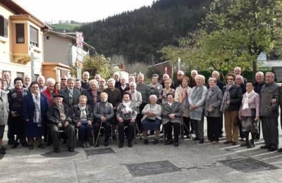 80 urtetik gorako herritarrei bazkaria eman die Aldaieta elkarteak
